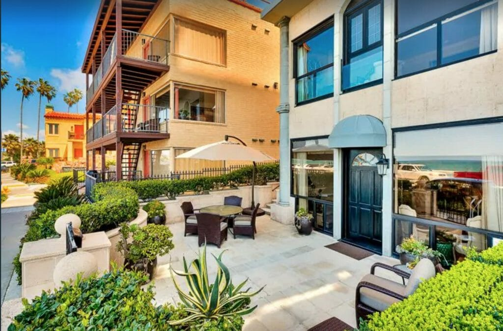 Front patio with patio furniture at luxury oceanfront vacation rental in La Jolla